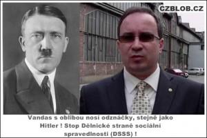 Vandas s oblibou nosí odznáčky, stejně jako Hitler