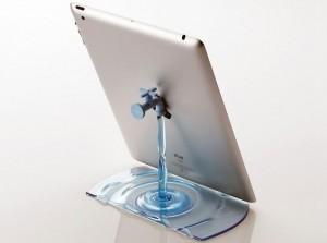 Stojánek pro chytré telefony i tablety, který má tvar vodovodního kohoutku